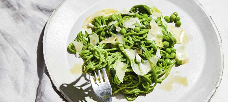 Green pasta with zucchini,  sage and peas